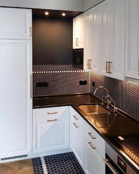 Белая кухня с классическимифасадами из бука