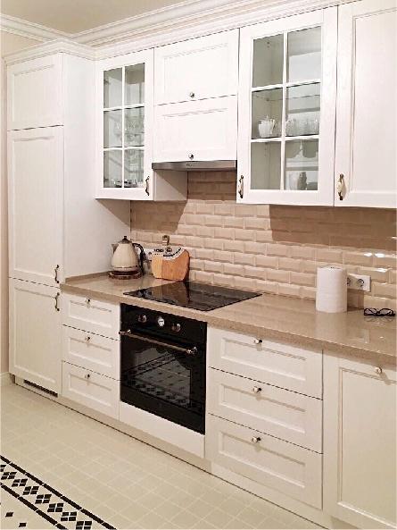 Красивая кухня белого цвета с фасадами из ясеня