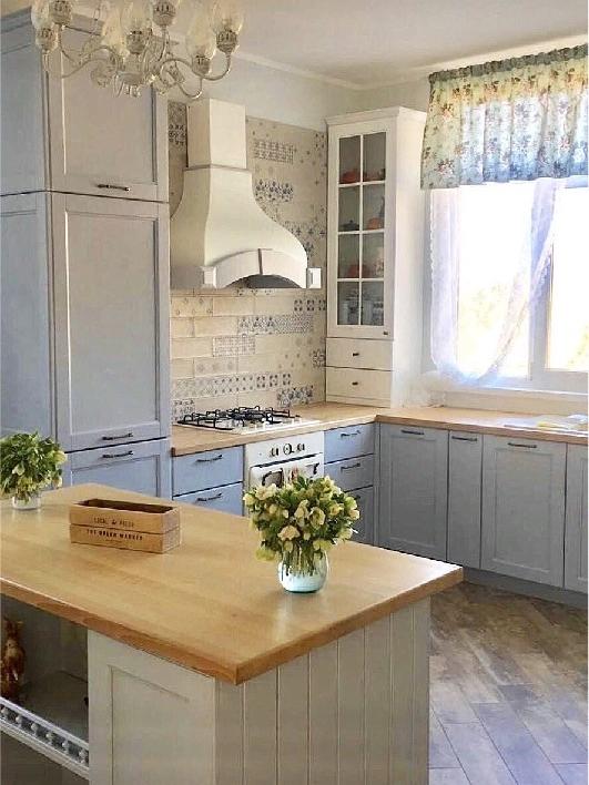 Романтичная кухня в частныйдом с деревянными фасадамииз ясеня