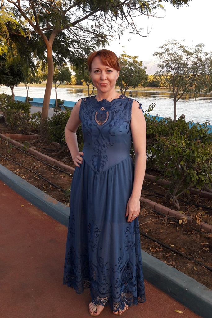 Платье из натурального шелка с вышивкой.Возможные цвета: темно-синий, сирень, белый, красный, черный.