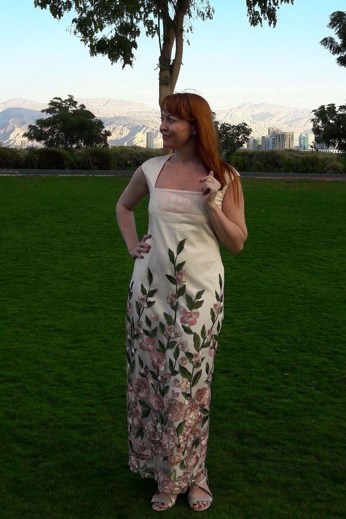 Платье с цветочной вышивкой и оригинальной сборкой на линии груди.Возможные варианты вышивки: красная, серо-оранжевая, голубая.