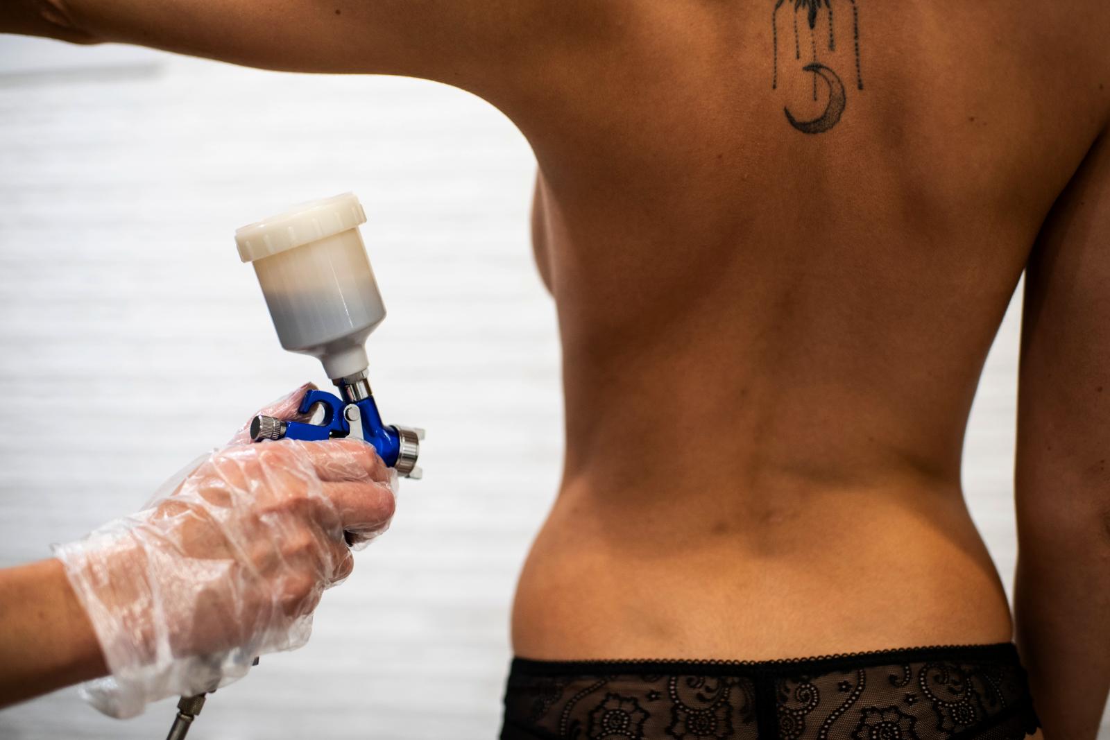БЫСТРОДлительность сеанса всего 15-20 минутЗагар подгодит для всех, кто ценит свое время. Наши мастера имеют большой опыт более 5 лет, которые максимально быстро и качественно нанесут бронзирующий лосьон на вашу кожу.