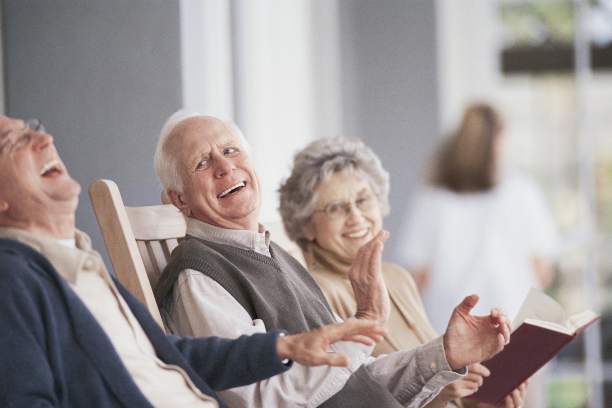 Мы создаем условия для социокультурной реабилитации пожилых людей в соответствии с их возможностями и потребностями в общении, чтении, прогулках и т.д.