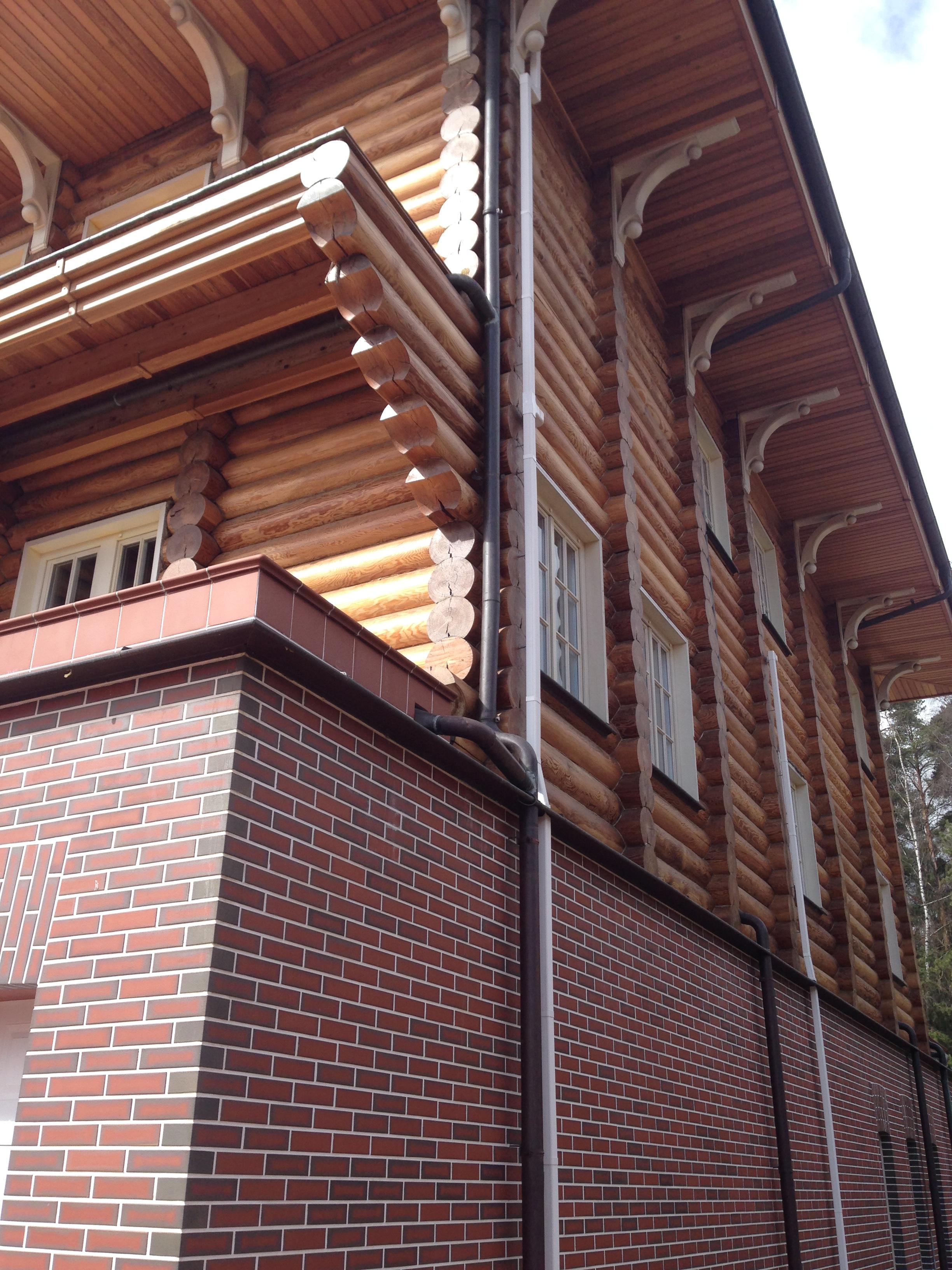 Дом из комбиннированных материалов, лиственница и клинкер.