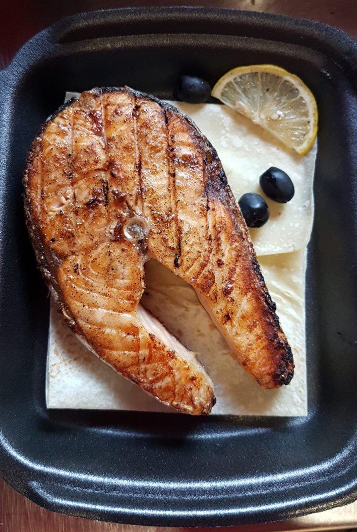 СёмгаНежный стейк сёмги, приготовленный на углях.