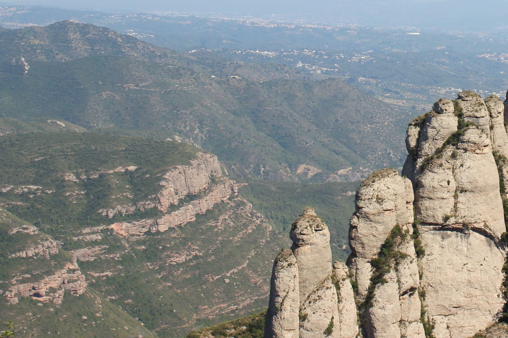 Гора Монсеррат, Черная Мадонна, бенедиктинский монастырь и оливковая ферма. ФотоэкскурсияОтправимся насевер отБарселоны вкрасивейший горный массив, уподножия которого расположился Monasterio deMontserrat— главная святыня Каталонии основанная 1025 году. Прикоснемся кчудотворной статуе Черной Мадонны, творению рук святого Луки. Местная «Матронушка»— статуя Богоматери смладенцем наколенях. Встреча с«Черной Мадонной» приносит счастье игармонию всемью, дарует благословение идетишек. ВСЕ Каталонцы чтят эту традицию ирегулярно приезжают сюда.По свидетельствам уже прикоснувшихся к святыне, Мадонна исполняет искренние и благие желания (не верите — спросите!). А лучше приезжайте и ощутите все на себе!49 евро с группы за 1 час