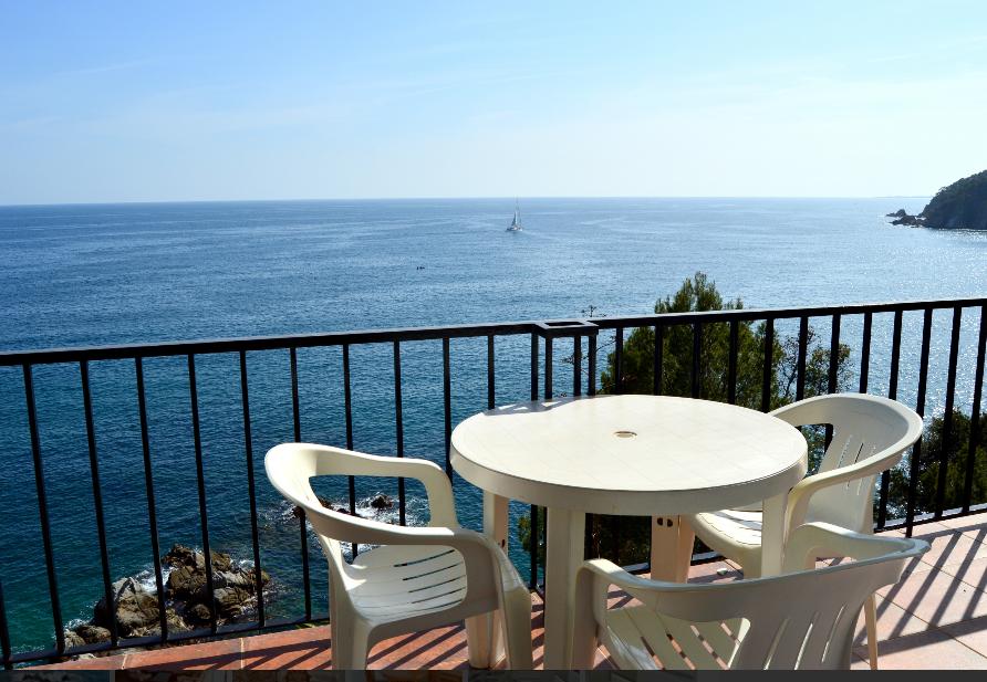 Апартаменты с видом на море900 евро/недг Тосса де Мар, апартамены в 50м от пляжа. 1 спальня, 4 спальных места