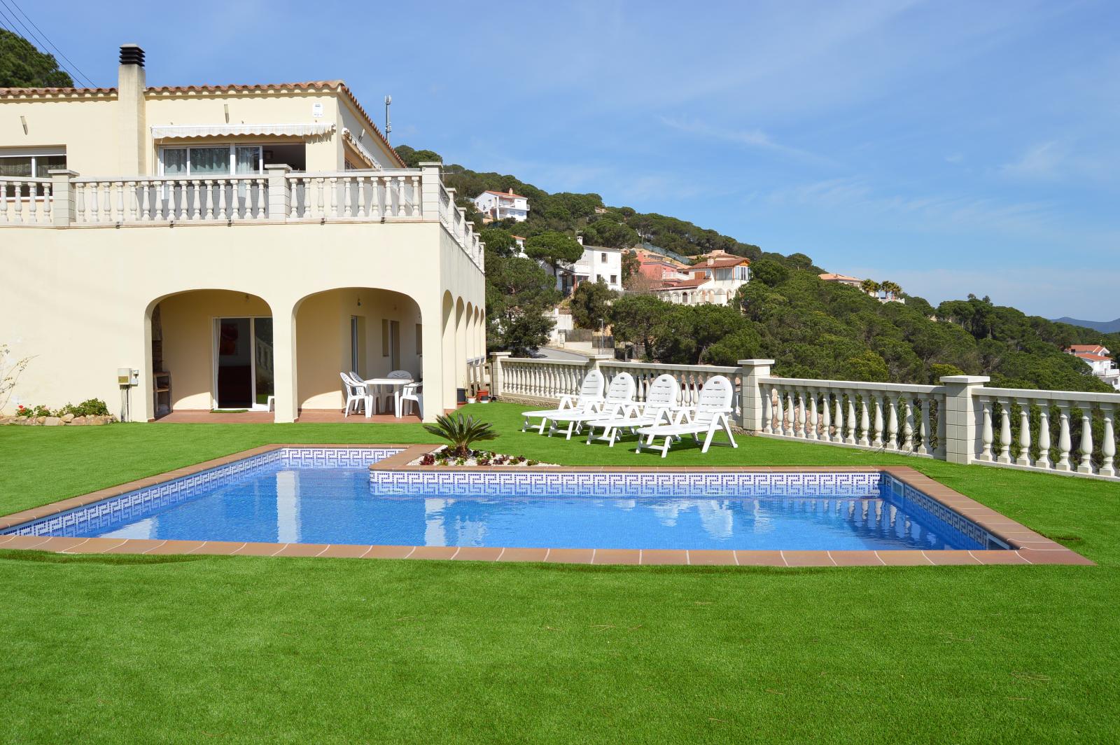 Вилла Santa Flora1.971 евро/недВилла с частным бассейном, г Lloret de Mar, 2 спальни, 6 спальных мест.Дизайнерский ремонтПляж 3 км