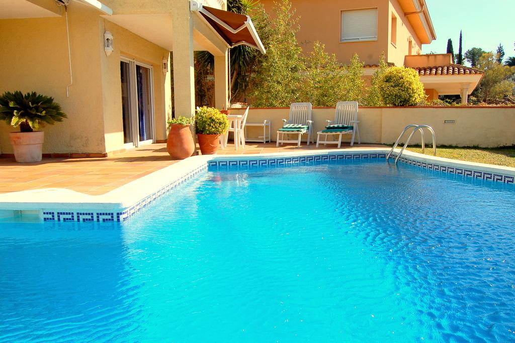 Вилла Армори2.633 евро/недВилла с частным бассейном в центре города Тосса де Мар, 5 спален, 9 спальных мест