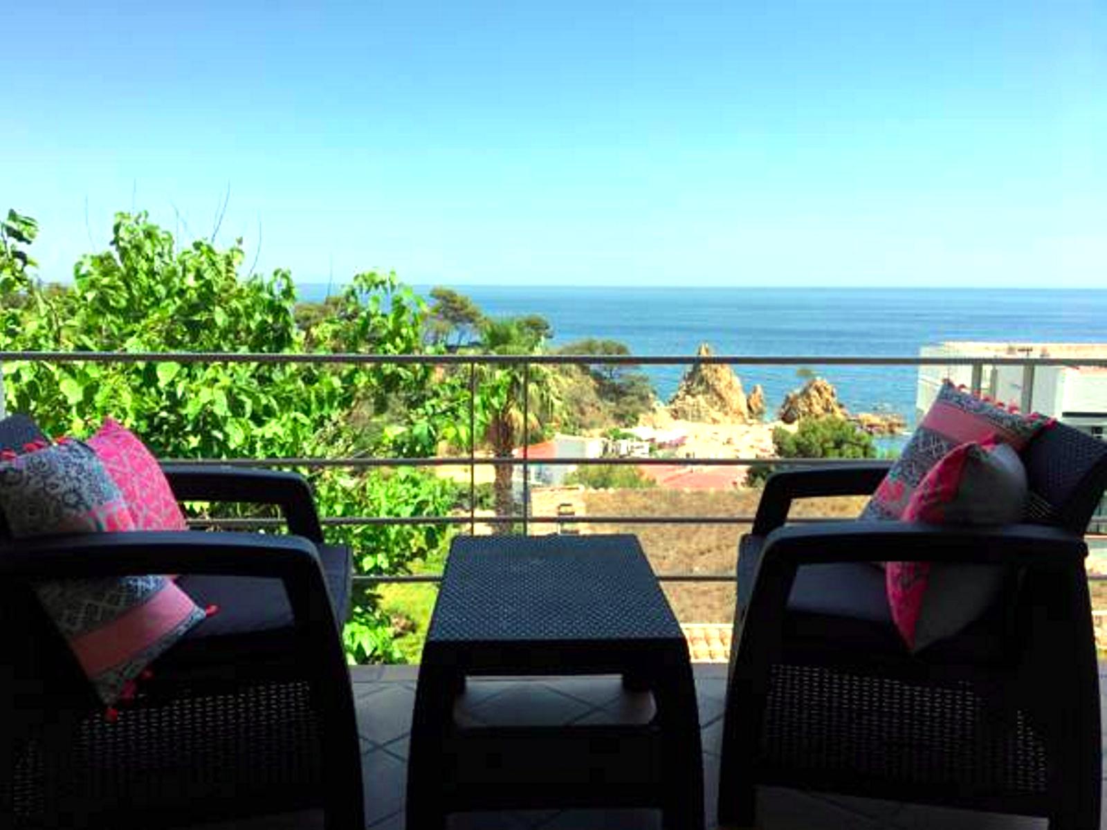 Дом рядом с пляжем1.700 евро/недДом в центре города, с видом на море. 3 спальни, 8 спальных мест, 100м до пляжа, г Тосса де Мар