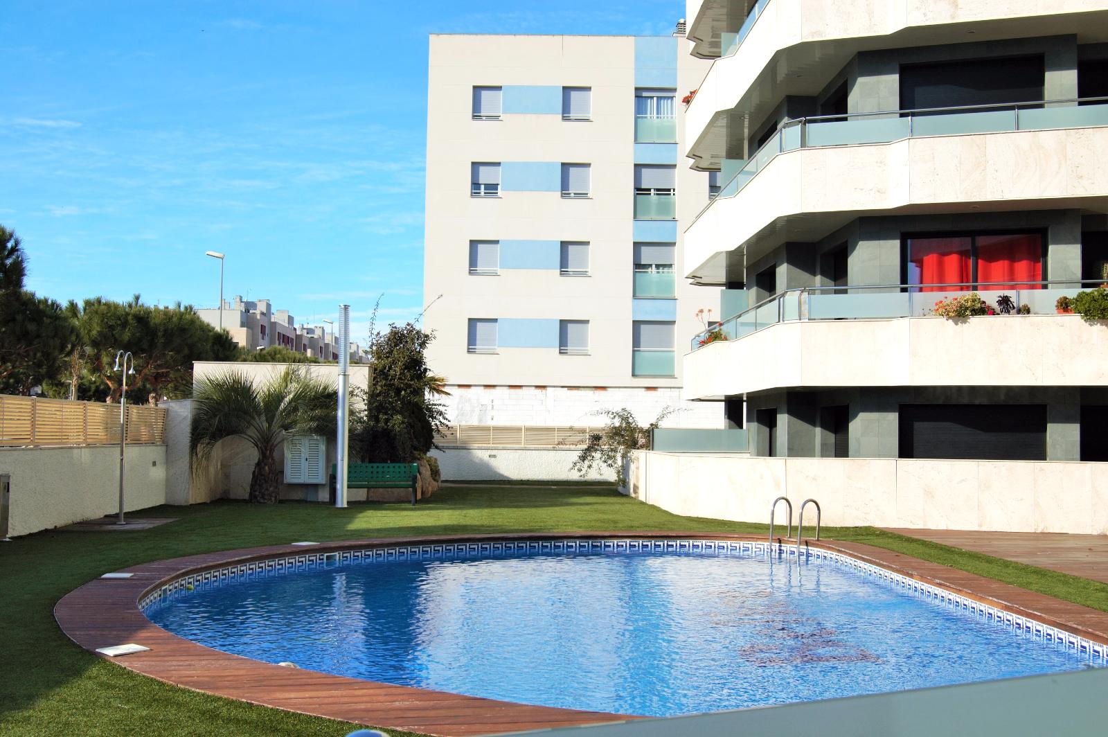 Апартаменты Max Garden900 евро/недНовые апартаменты 1 спальня, 4 спальных места, с выходом к бассейну. 200м от пляжа. г Lloret de Mar