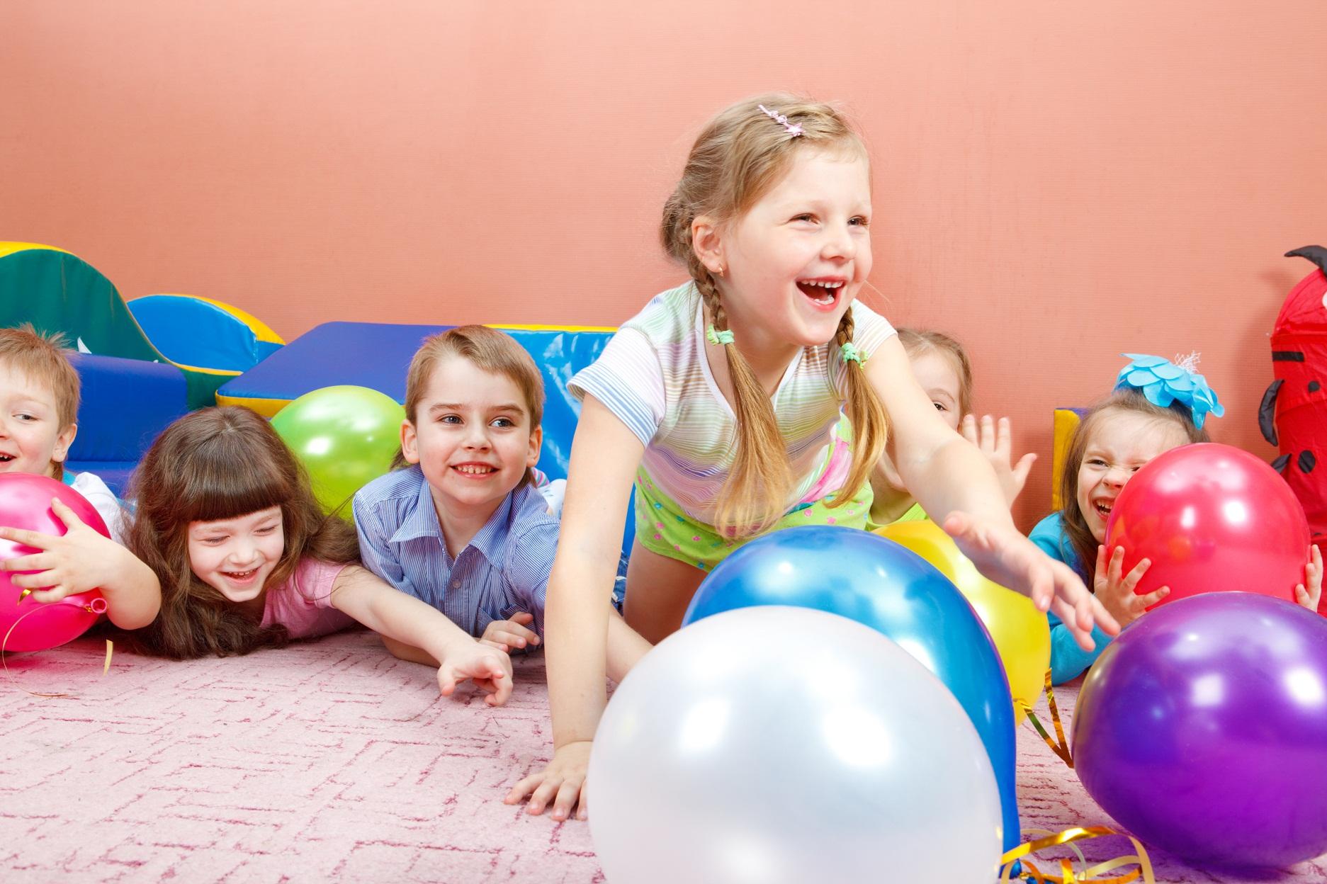 Правильная атмосфера! Учебное пространство студии само по себе стимулирует восприятие ребенка. Индивидуальный стиль и «домашняя» атмосфера — неотъемлемая часть нашего обучающего процесса.