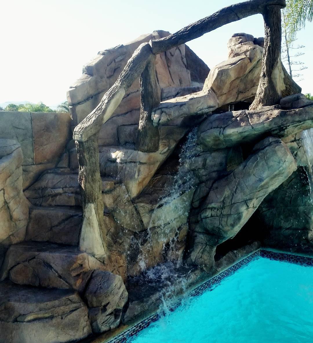 Декор лестницы над бассейном из искусственного камня