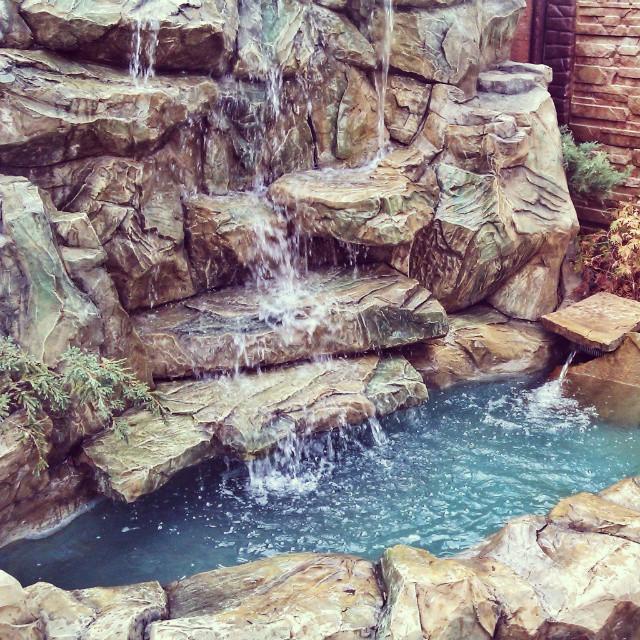 Искусственный водопад в ландшафте
