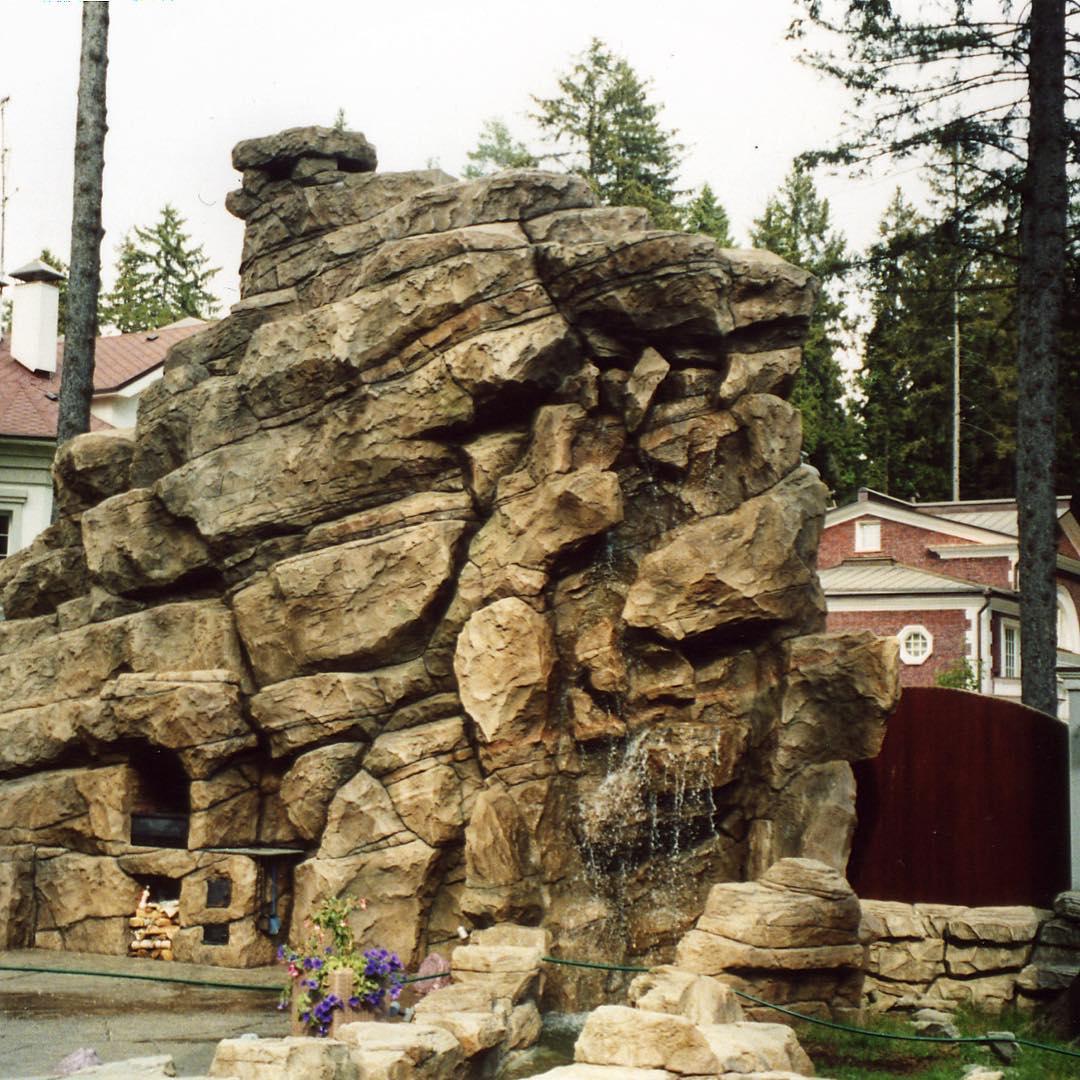 Искусственные скалы в ландшафте