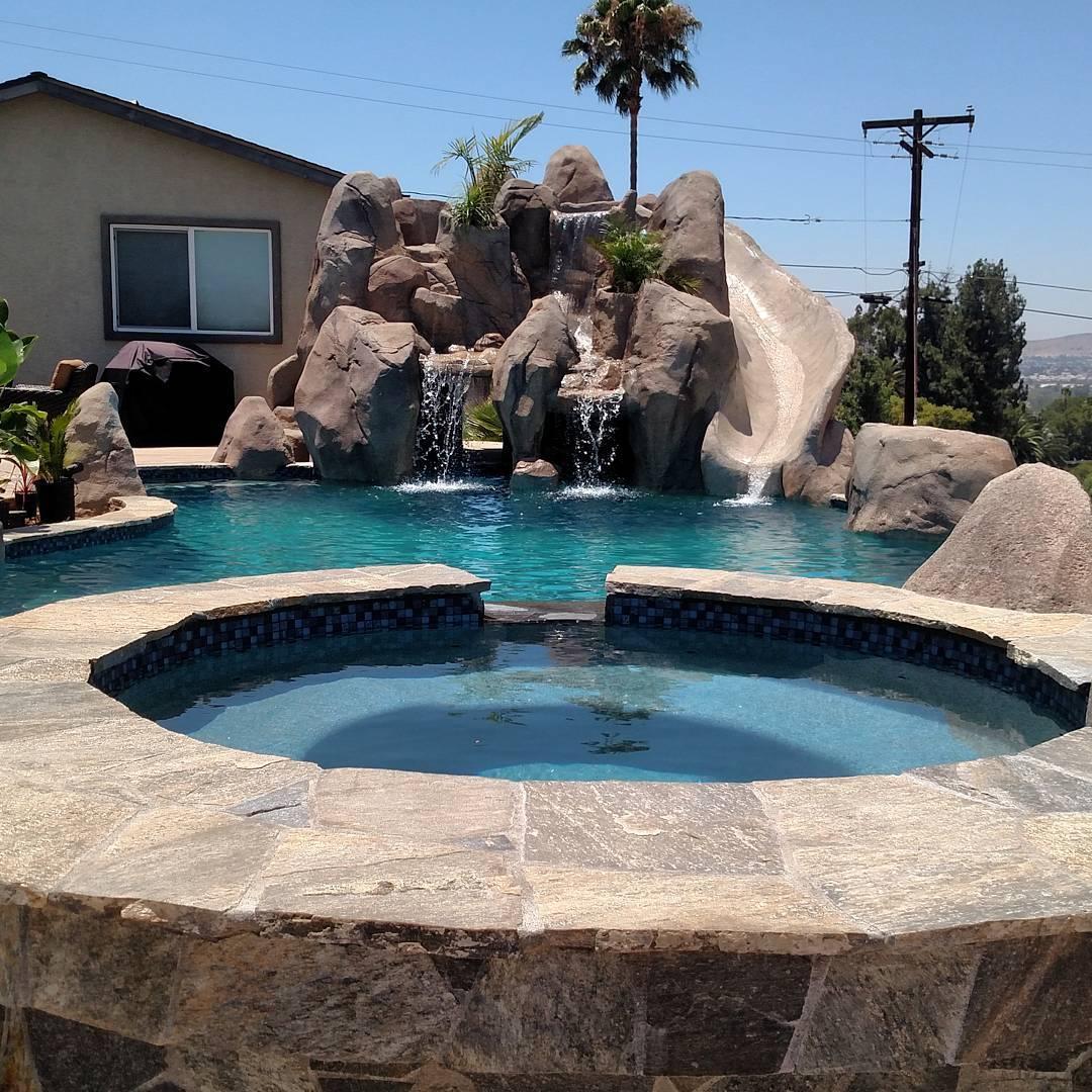 Мини-грот над бассейном из искусственного камня