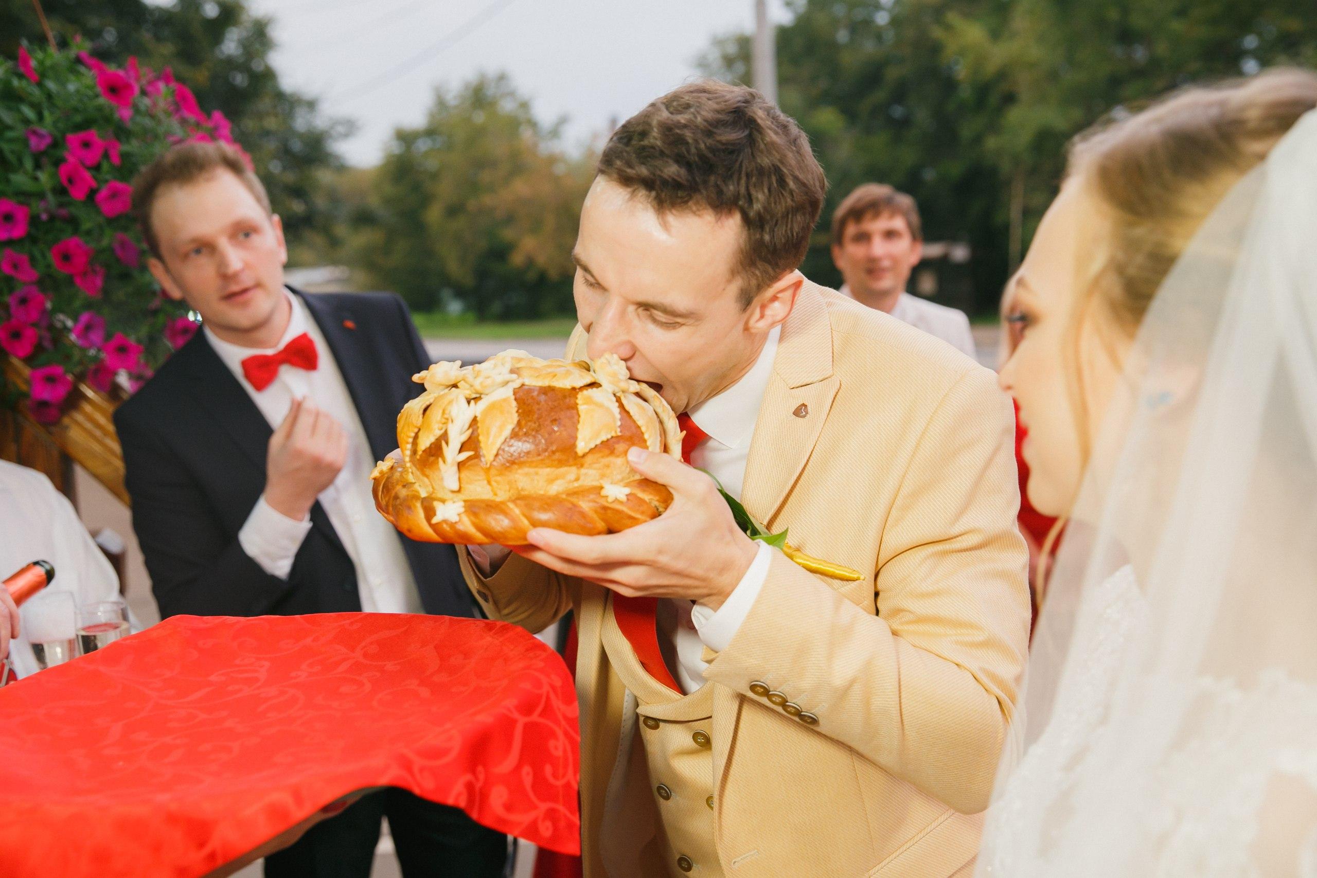 Красный – цвет СТРАСТИ и ЛЮБВИ.#🥊 Я поддержал свадебный дресс-код, надел фрачный значок красного цвета и красную бабочку.ОГРОМНОЕ СПАСИБО! Сергею и Виктории за колоритные фотографии. Для меня было одно удовольствие вести такую свадьбу.