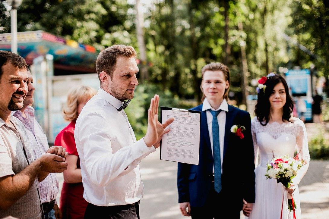 Каждая пара желает, чтобы их свадьба была настоящей сказкой и прошла на высшем уровне. Для этого важно найти верного союзника и поддержку в лице профессионального ведущего. На протяжении всего вечера именно я, контролирую хорошее настроение всех приглашенных гостей, температурный уровень кондиционера и вынос горячих блюд, улыбка.