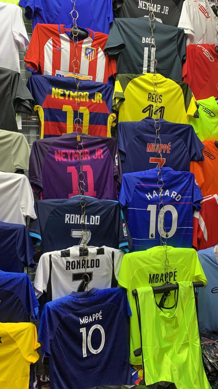 Подростковая футбольная формаНаша футбольная форма отлично подойдет каждому ребенку. Форма выполнена из гипоаллергенного полиэстера, что дает коже хорошо дышать. В комплект входит шорты+футболка.
