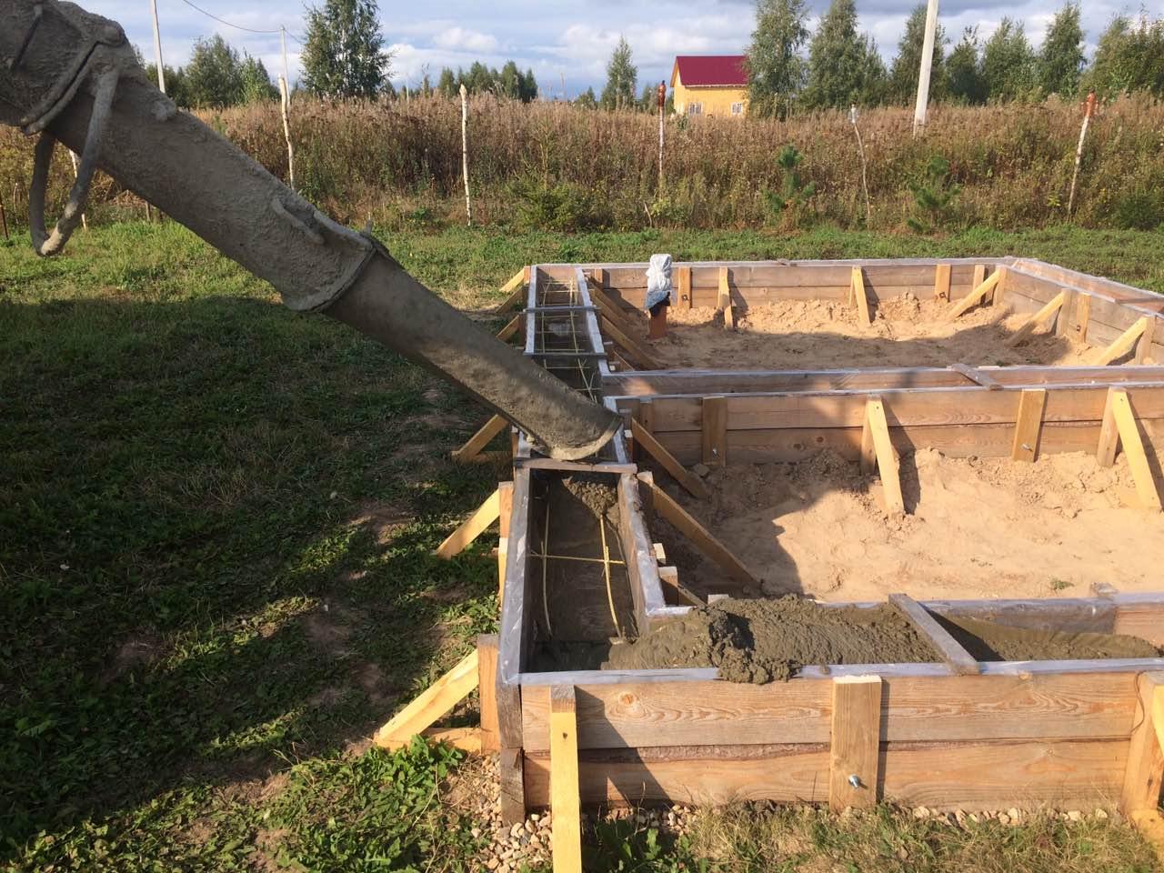 Заливка бетона в опалубку ленточного фундамента под баню