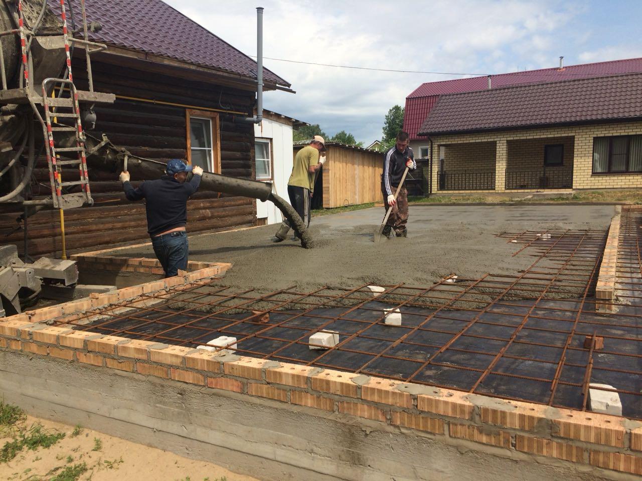Заливка бетоном монолитной плиты фундамента дома