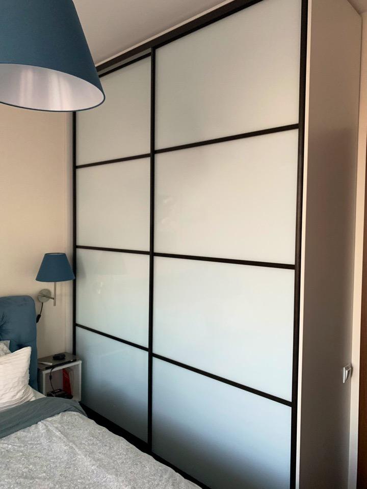 Шкаф-купе со вставками из стекла с белой пленкой Oracalчитать отзыв
