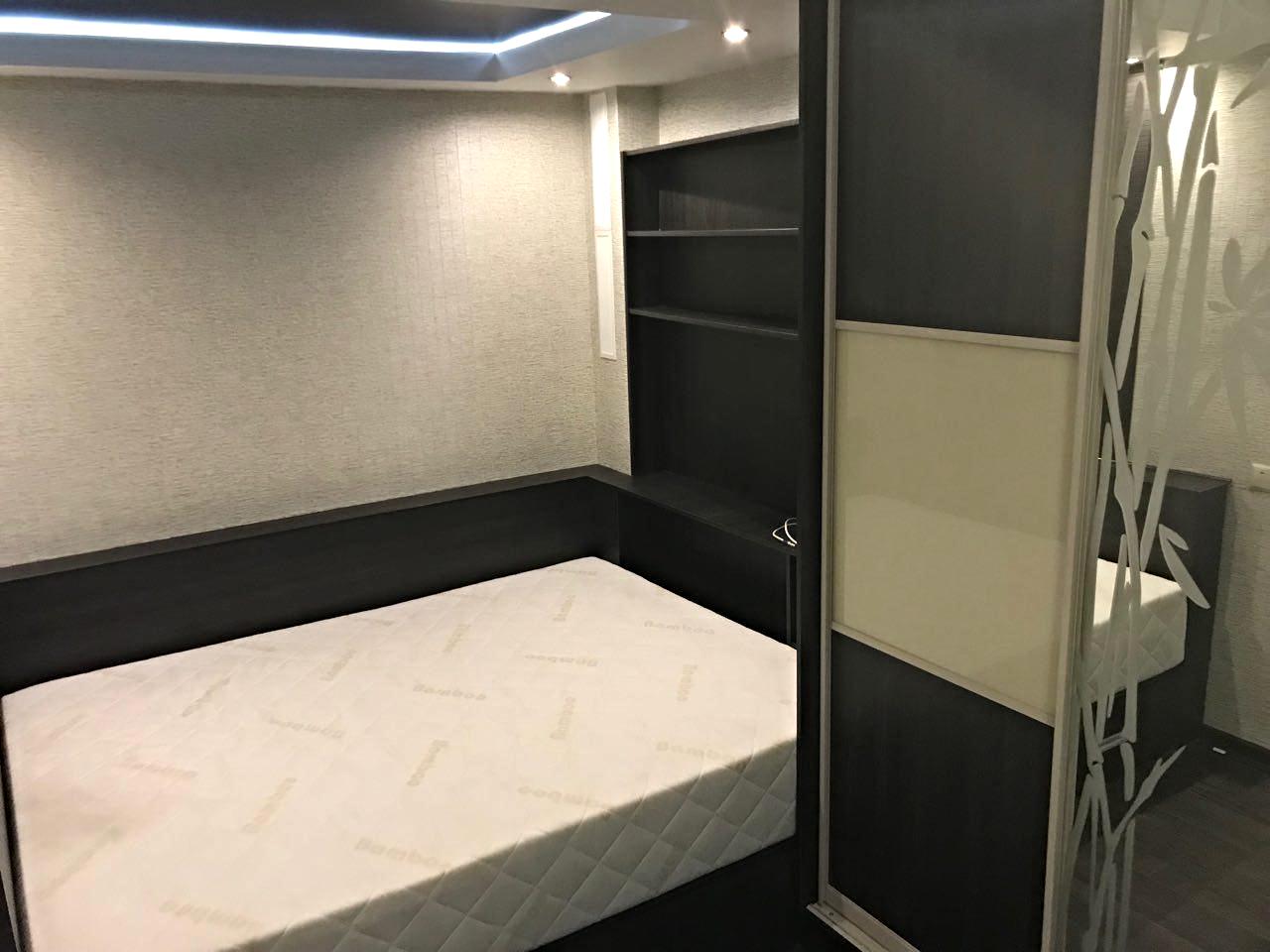 Встроенная кровать-подиум со стенкой под телевизор + шкаф-купе читать отзыв