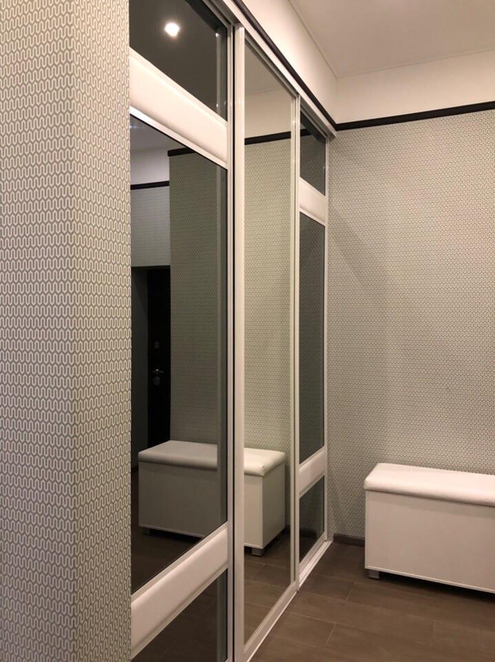 Шкаф-купе с тонированным зеркалом и вставками из эко-кожибольше фото