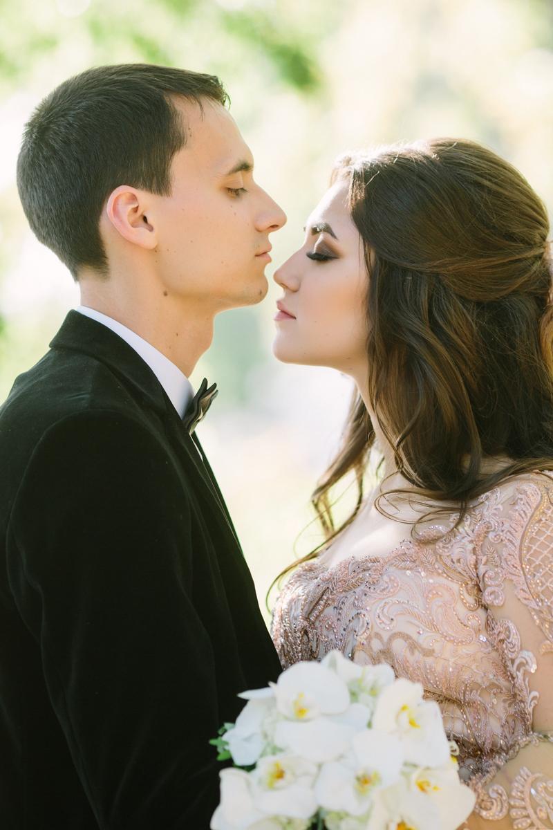 И вот... этот момент настал. На свадьбе нам включают наше Love Story. Первые десять секунд и я в шоке!!!