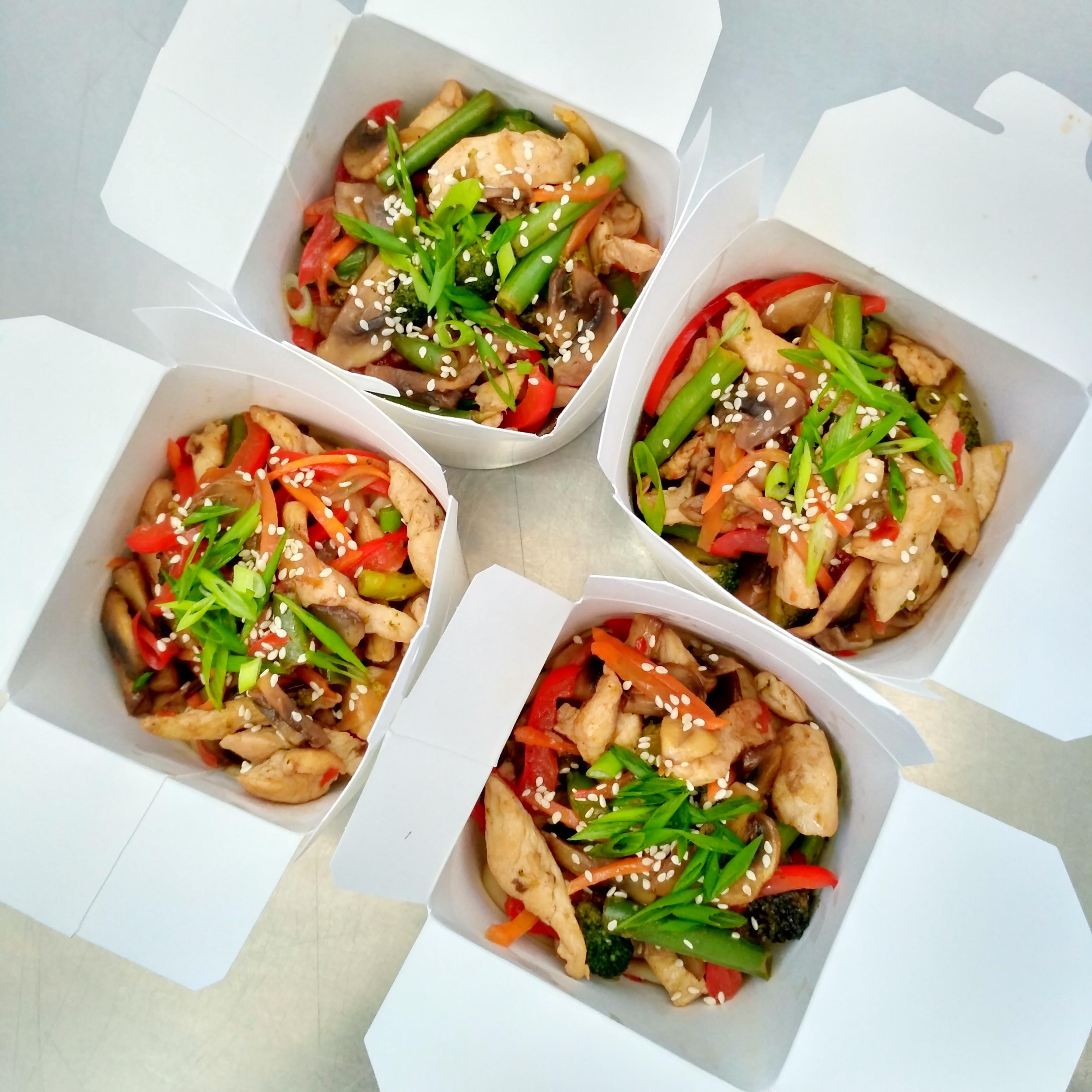 Лапша по-тайски с курицей или морепродуктамиот 150 рублей