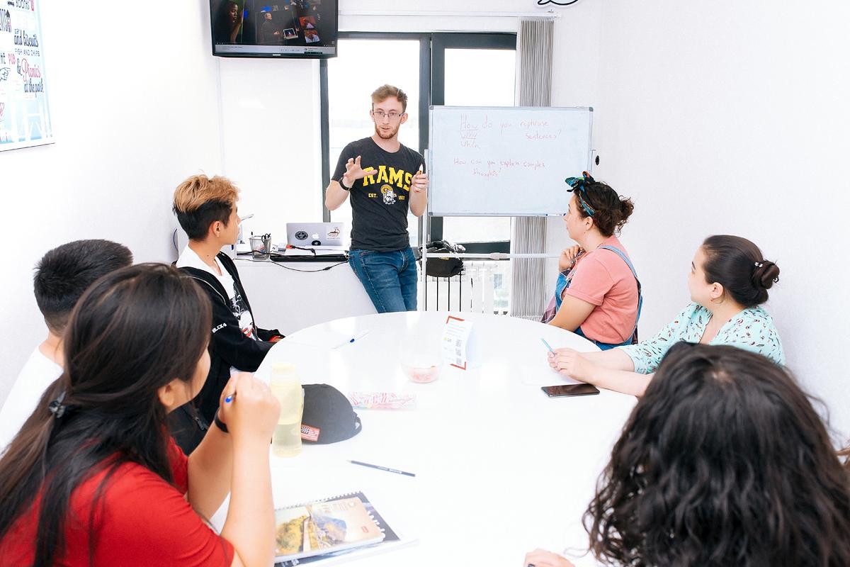 Группы не более 8 человек.На каждом уроке Вы работаете в парах и мини-группах, практикуя устную речь, а преподаватель может уделить внимание каждому.