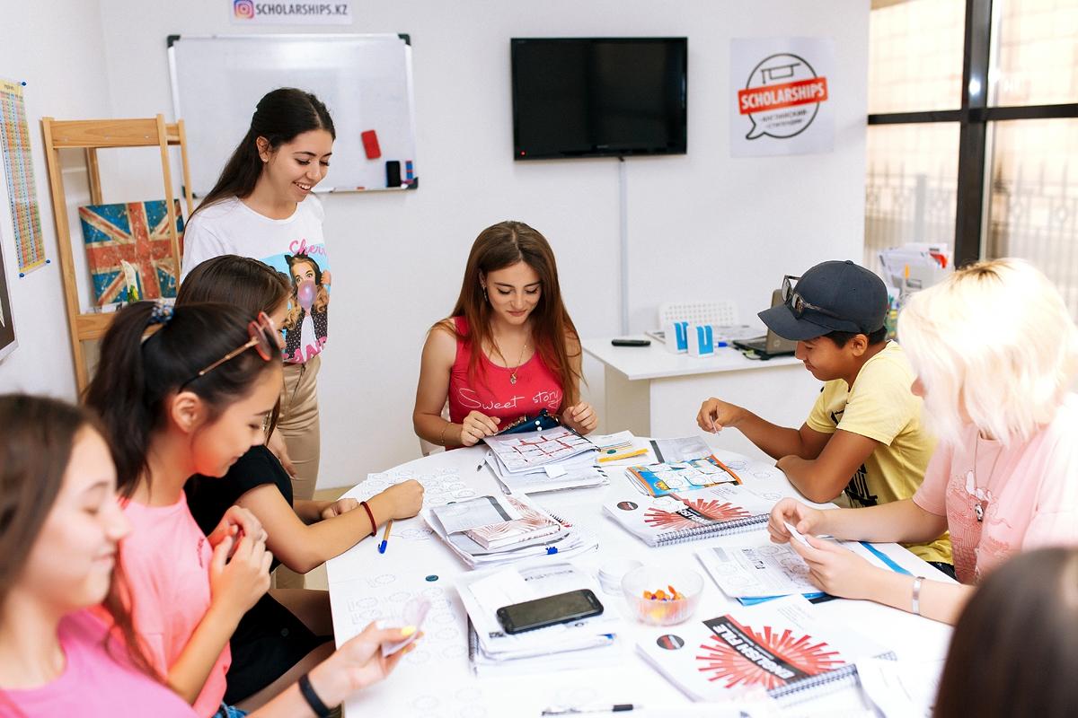 Школьник:- откроете доступ к ресурсам на английском языке;- сдадите все школьные СОЧи, СОРы и экзамены на отлично;- найдете друзей для общения и языковой практики в англоговорящих странах;- получите возможность поступить в топовый универистет с обучением на английском за рубежом или в Казахстане