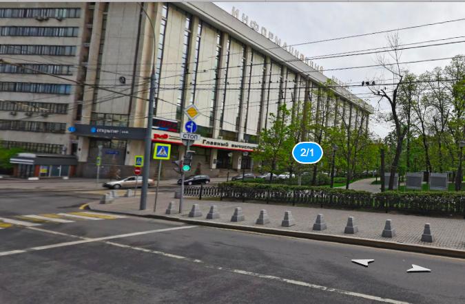 Переход через светофор на сторону сквера