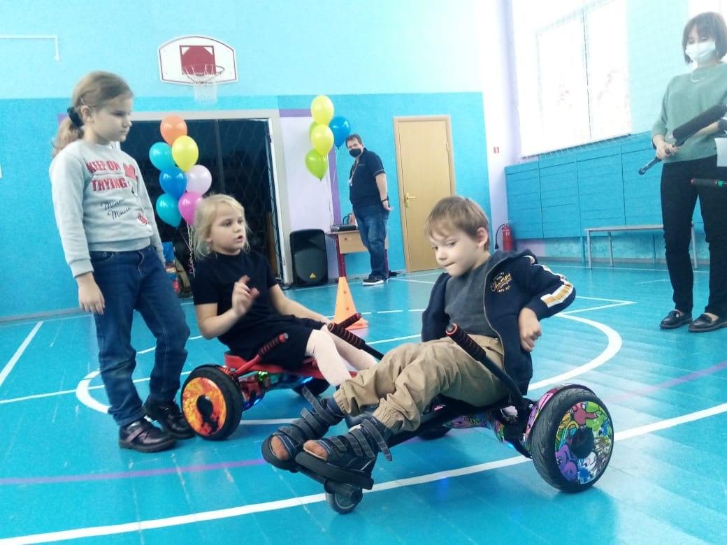 На занятиях обучает детей инструктор Лада.