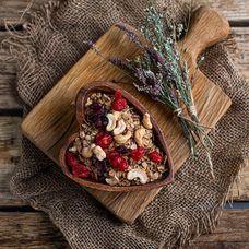 Гранола с жареными орехами и сушеными ягодами