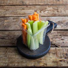 Нарезанные сельдерей и морковь