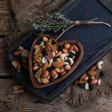 Смесь орехов с изюмом