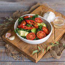 Тосканский салат с кейлом и авокадо