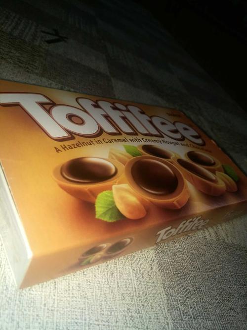 """Конфеты """"Тоффифи"""" (Toffifee) Лесной Орех в карамельной чашечке с нугой и шоколадом, 125гр."""