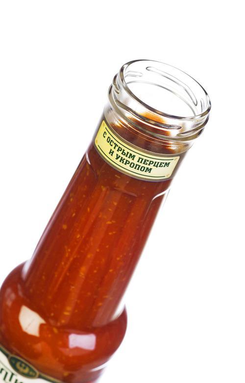 Вода, томатная паста, сироп глюкозно-фруктозный, уксус столовый, волокна томатные, загуститель E1442, соль, укроп, кориандр, перец чили, подслатитель сахарин (натриевая соль). Массовая доля растворимых сухих веществ не менее 18%