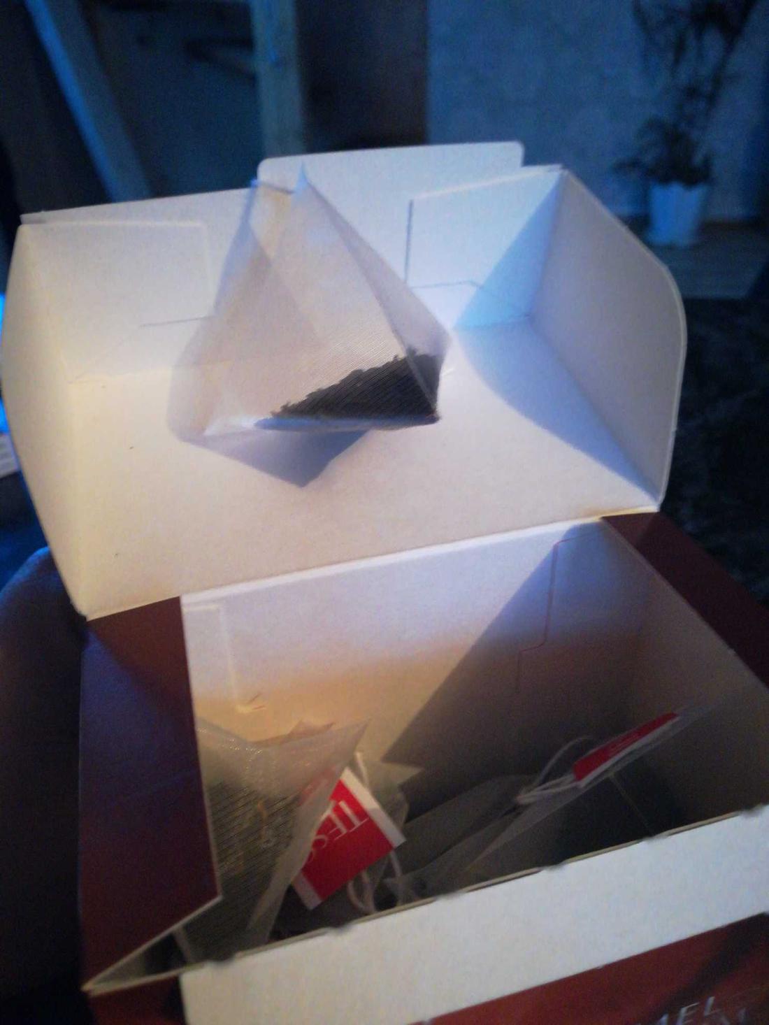 отзыв Чай черный байховый с ароматом и кусочками карамели Тесс Карамель Шарм в пакетиках