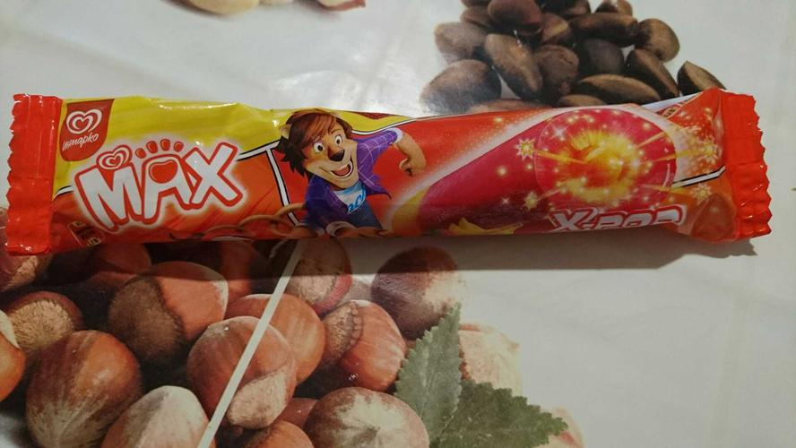 описание Мороженое MAX X-Pop клубника-банан со взрывной карамелью, 70гр.