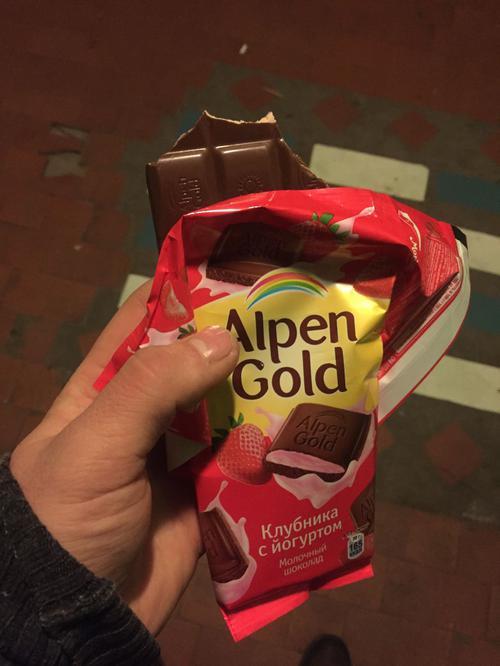 фото4 Шоколад альпен гольд молочный с клубнично-йогуртовой начинкой