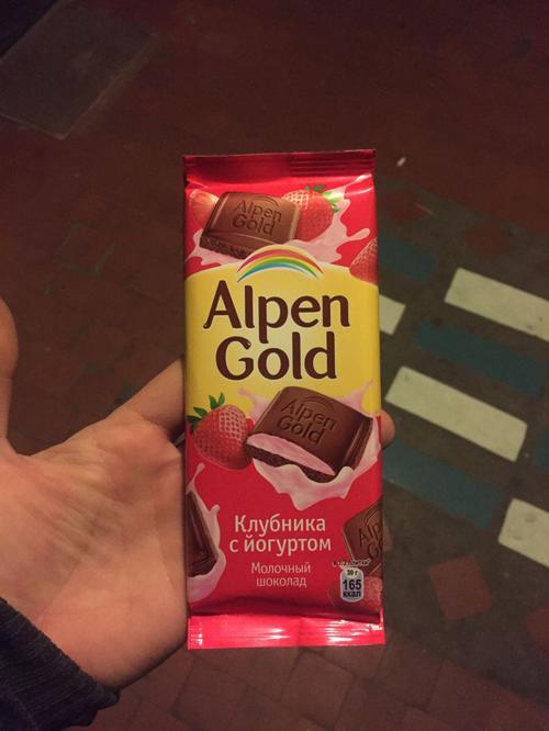 """описание Шоколад """"альпен гольд"""" молочный с клубнично-йогуртовой начинкой"""