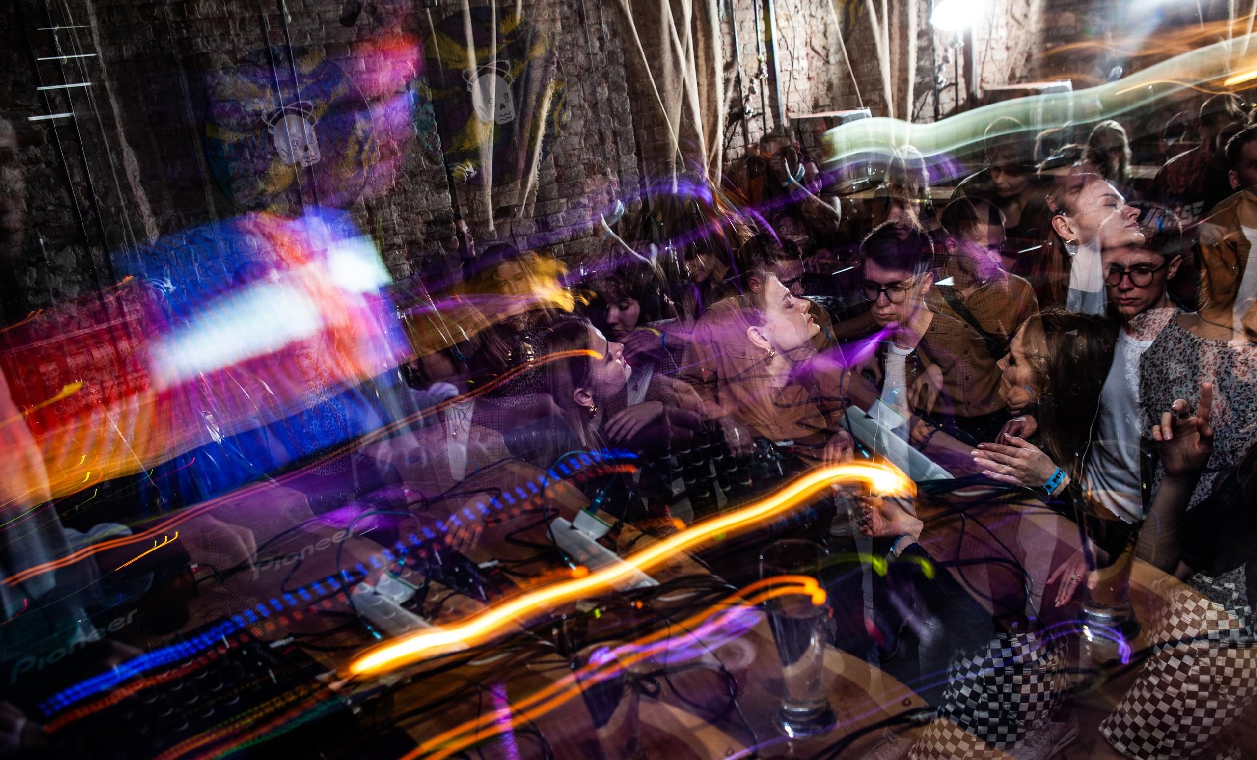 Сергей Булдаков в баре «Вечно молодой». Фото: @wechno.molodoi