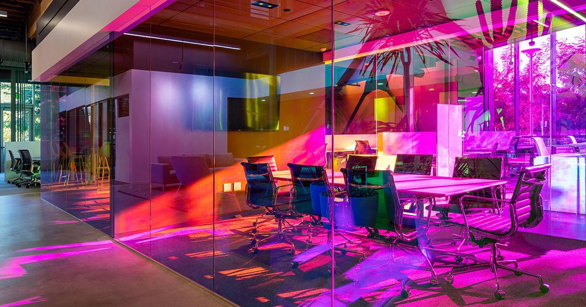 На работу как на праздник: 6 офисов необычной расцветки