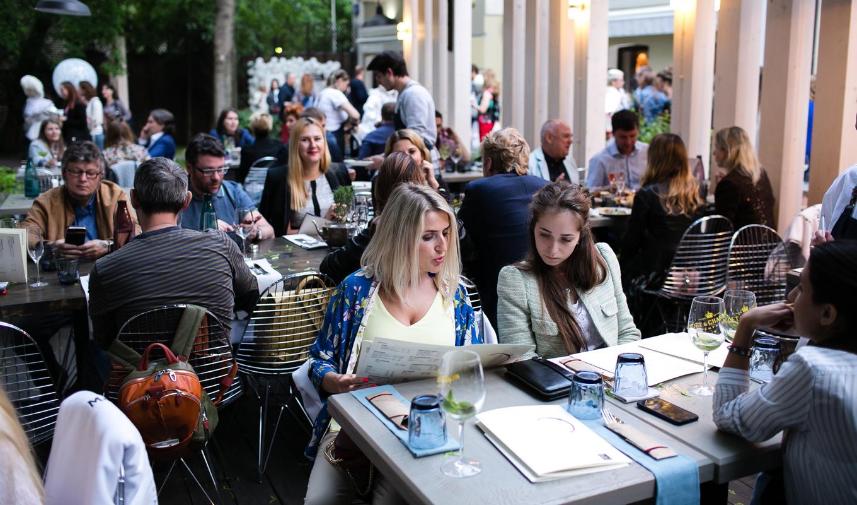 Что делать с гостями, которые занимают столик и ничего не заказывают (спойлер — всё равно любить их)