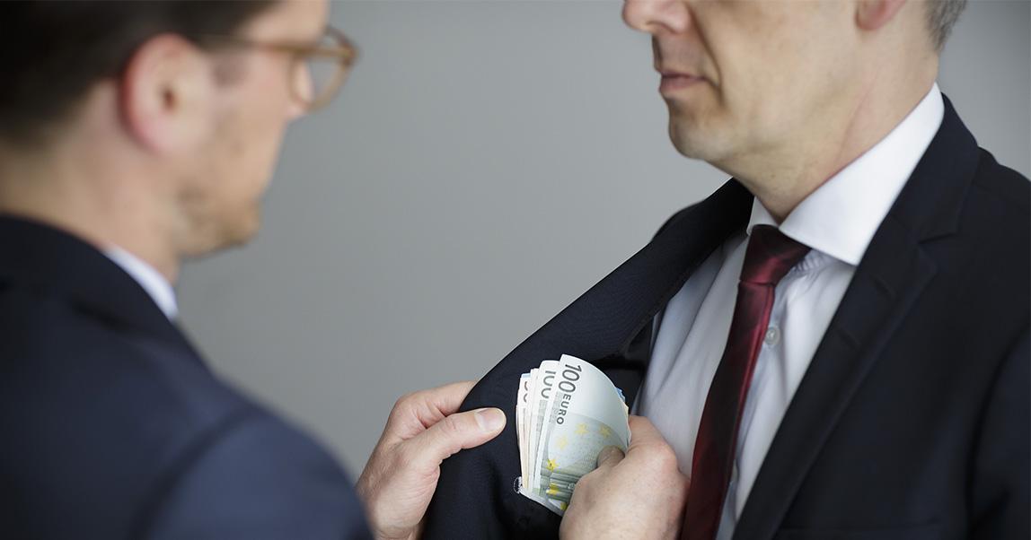 Налоговики хотят следить за счетами в банках для борьбы с «серым» бизнесом. Кого из предпринимателей это коснется?