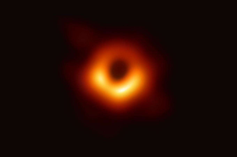 Ученые впервые показали реальное изображение черной дыры