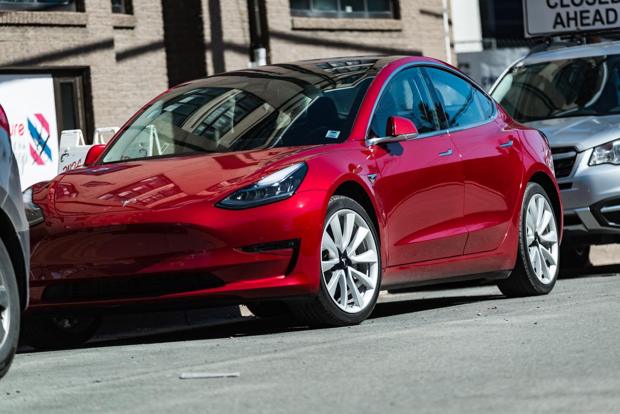 Сотрудники Tesla собирали автомобили с помощью изоленты в шатре под открытым небом